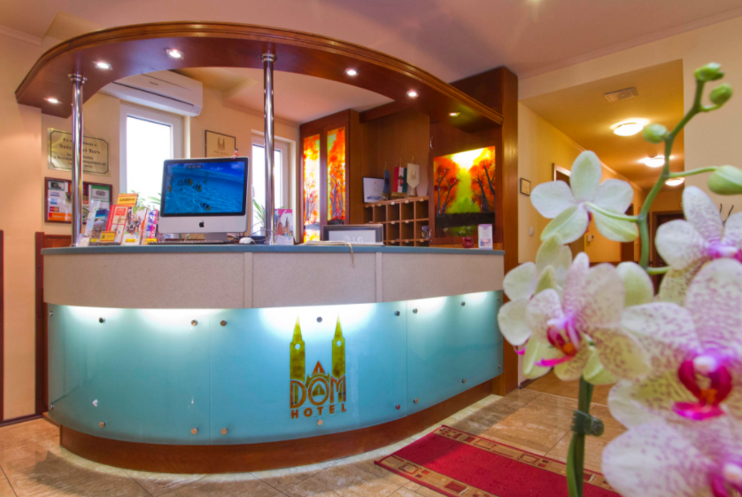 Dóm Hotel recepciójának hajlított üvege